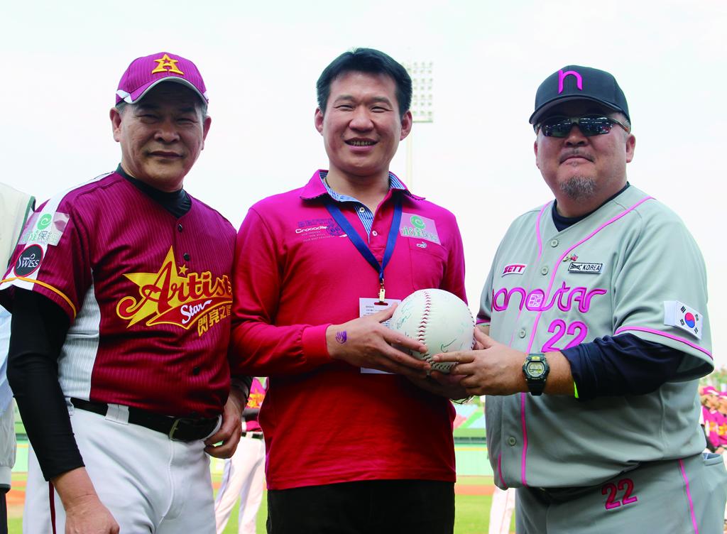 由永達余松坤協理代表接受韓國明星隊隊長致贈活動紀念球。