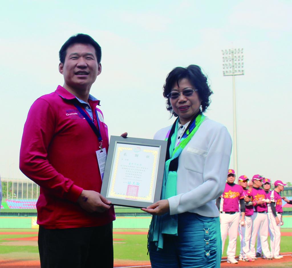 由永達余松坤協理代表接受星星兒社福基金會林美淑董事長致贈感謝狀。