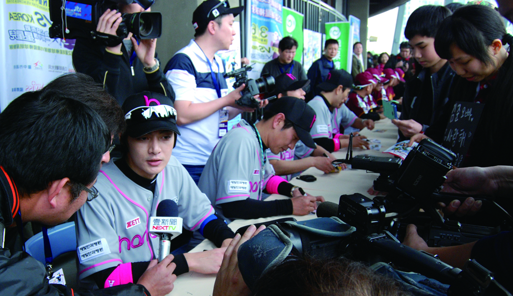 不論台星或是韓星,民眾簽票會上都非常踴躍。