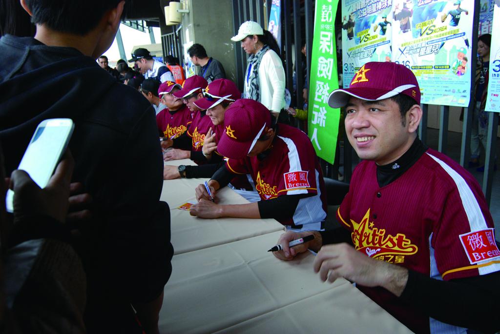 台星與韓星們熱情為民眾簽名。