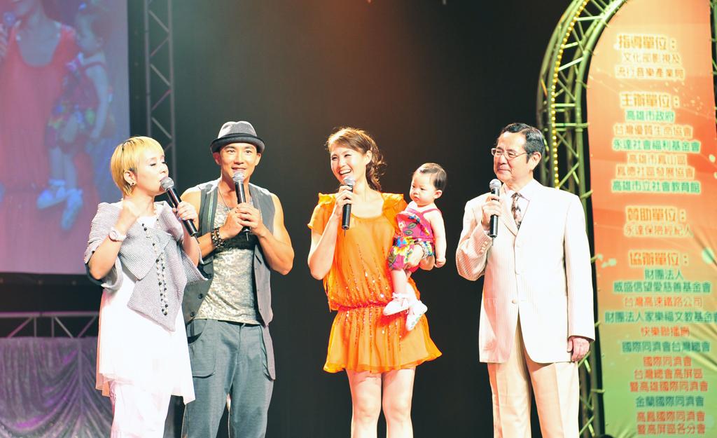 劉畊宏(圖左二)帶著妻女一同共襄盛舉。