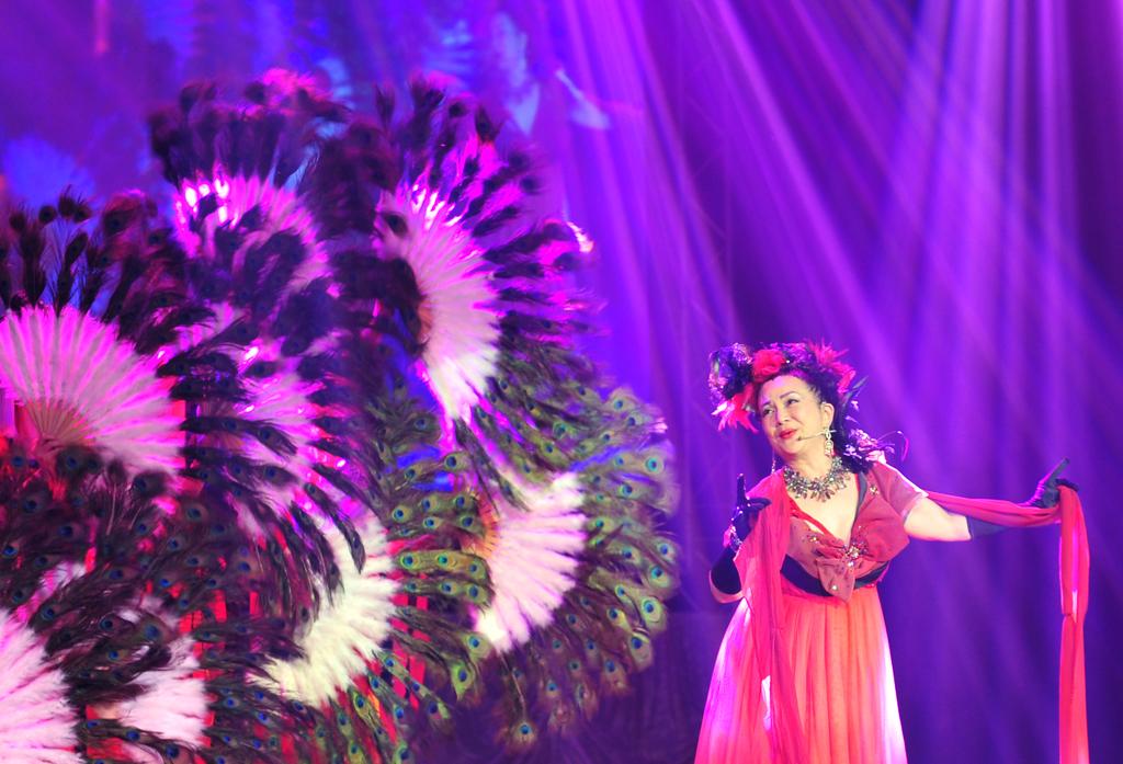 第一次參與演出的藝人馮寶寶一身華麗妝扮,宛如當年轟動全台的楊貴妃再現,驚豔全場。
