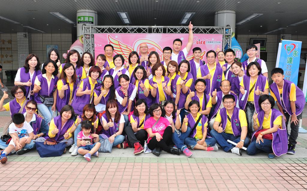 永達高雄同仁共50多名,擔任活動志工。
