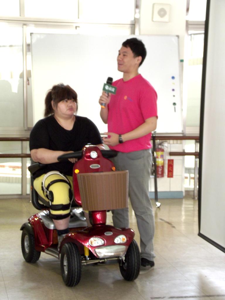 個案廖女士在永達及澎湖縣府補助下, 獲得電動代步車代步, 讓生活不因肢體上的不便而受限。