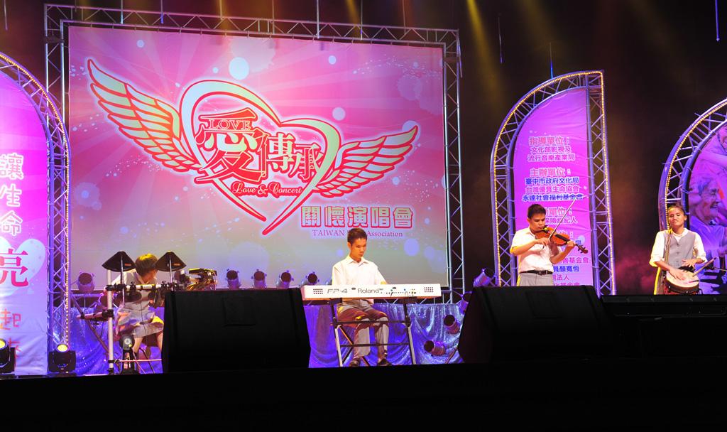 由惠明盲校的小朋友揭開演唱會序幕。