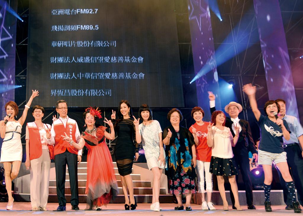 永達保經魏滿妹協理(左七)及其他贊助單位接受主辦單位感謝致意。