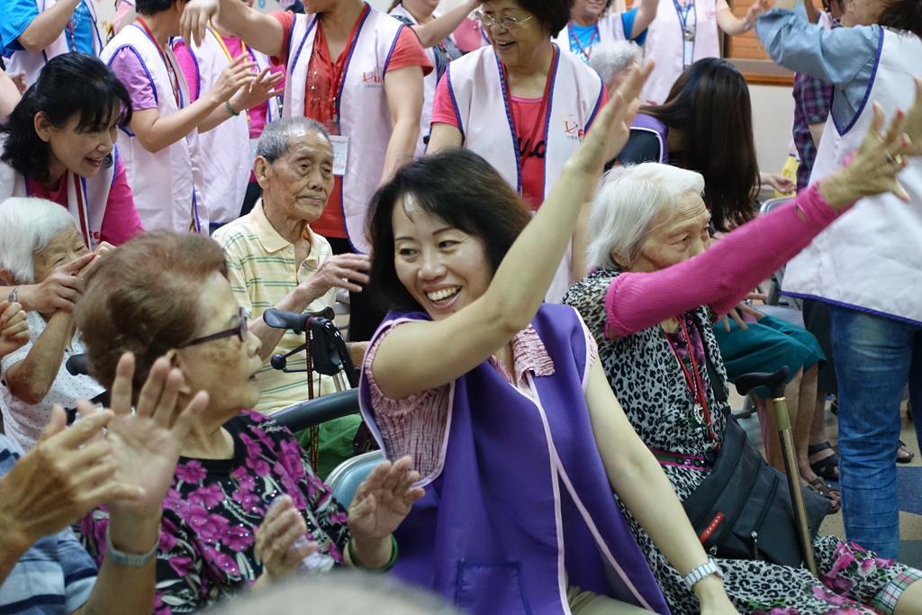 永達賴依萱經理與長輩共舞。