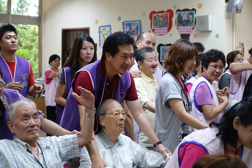 永達陳慶鴻總經理與長輩親近互動。
