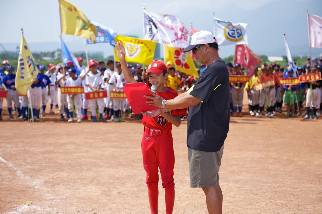 關西少棒隊球員代表全體選手宣誓。