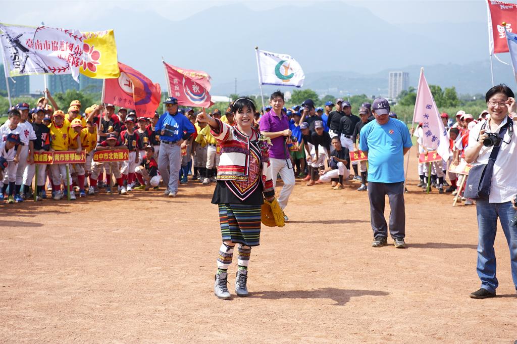 台灣原住民國際藝文產經交流協會理事長張琇雅擔任開球嘉賓。