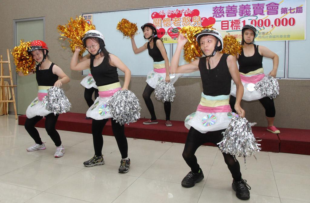 開場表演由育成夢想工坊的憨兒們帶來可愛的 韓國歌曲bar-bar-bar。