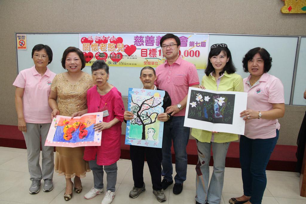 老憨兒阿桂與淑女為了感謝永達多年來的協助,開心的參與這次感恩卡的製作,並親自致贈卡片!