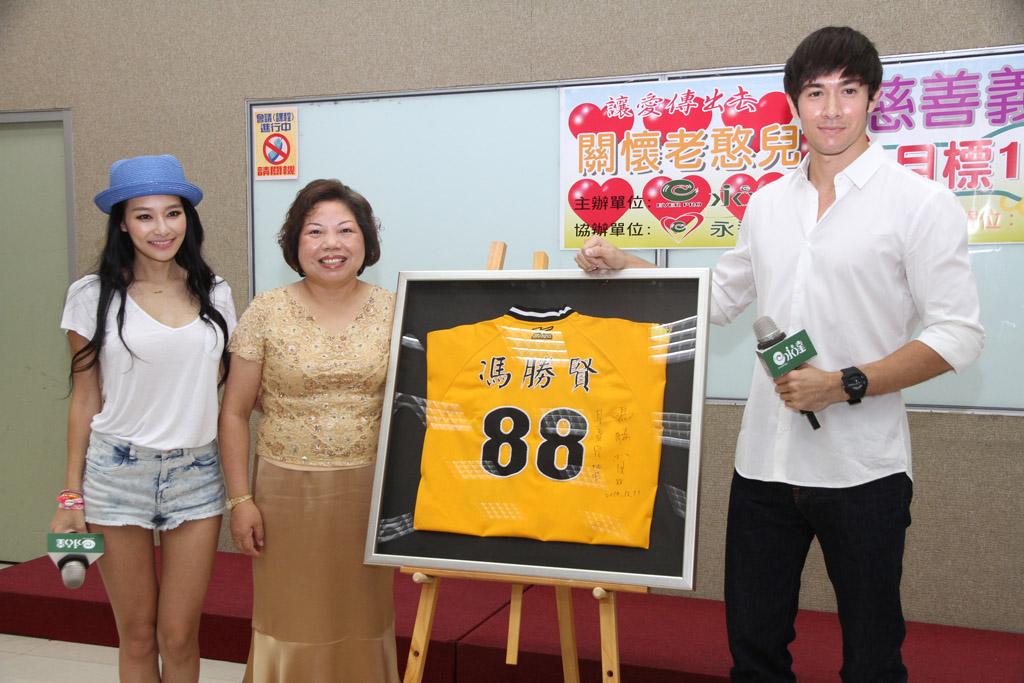紀亞文以8萬元拍出職棒教練馮勝賢球衣。