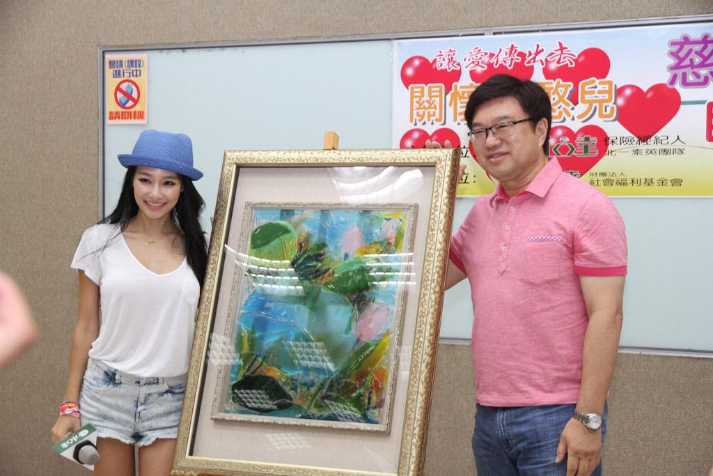 受邀請參加義賣會的王思佳,以30萬元拍出畫家王美幸的琉璃畫作,首度獻出愛的抱抱。