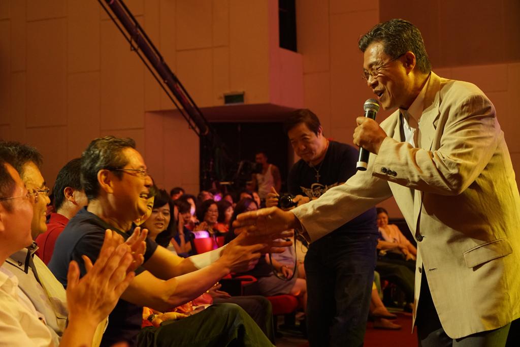 第一次參與演出的楊烈,與台下弱勢朋友貴賓一一握手。