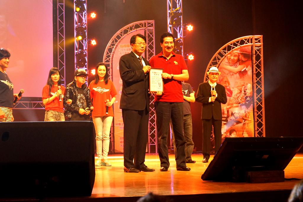 台南市政府顏純左副市長(左)代表頒贈感謝狀,由永達保經陳慶鴻總經理(右)代表授贈。