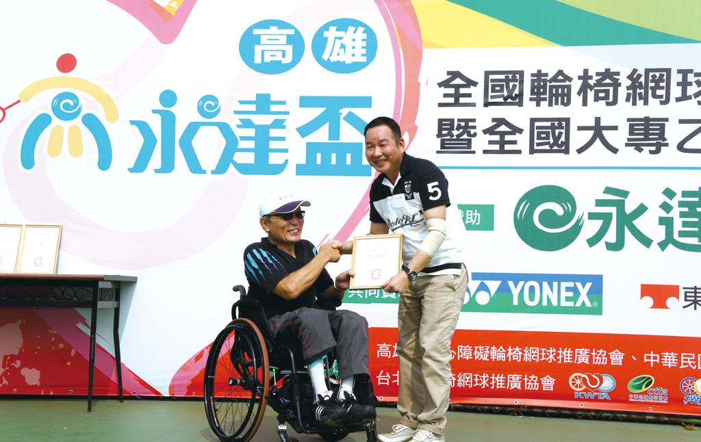 輪網協會頒發感謝狀由鄭棕銘協理受領。