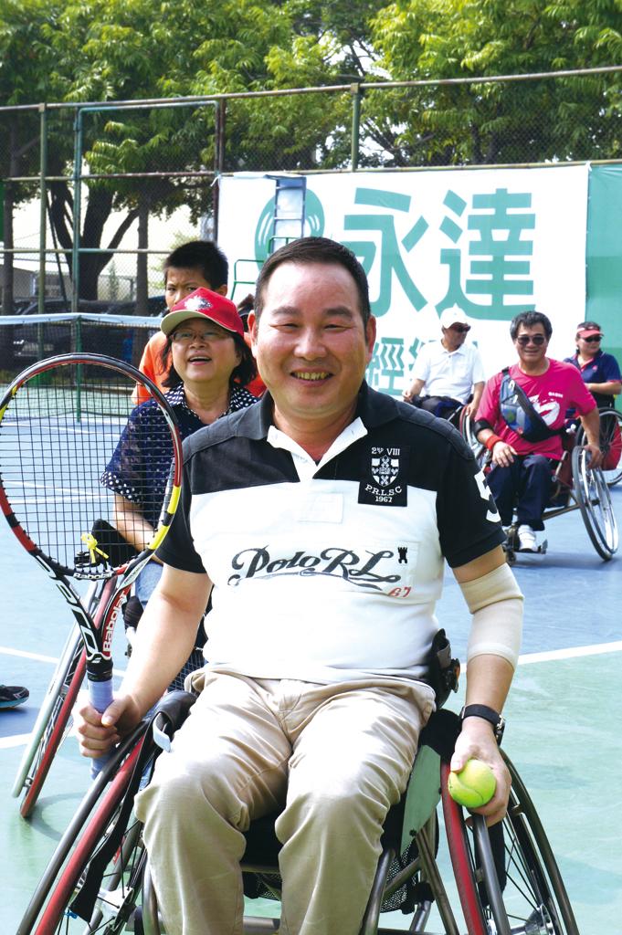 鄭棕銘資深協理體驗身障朋友 坐輪椅打網球。