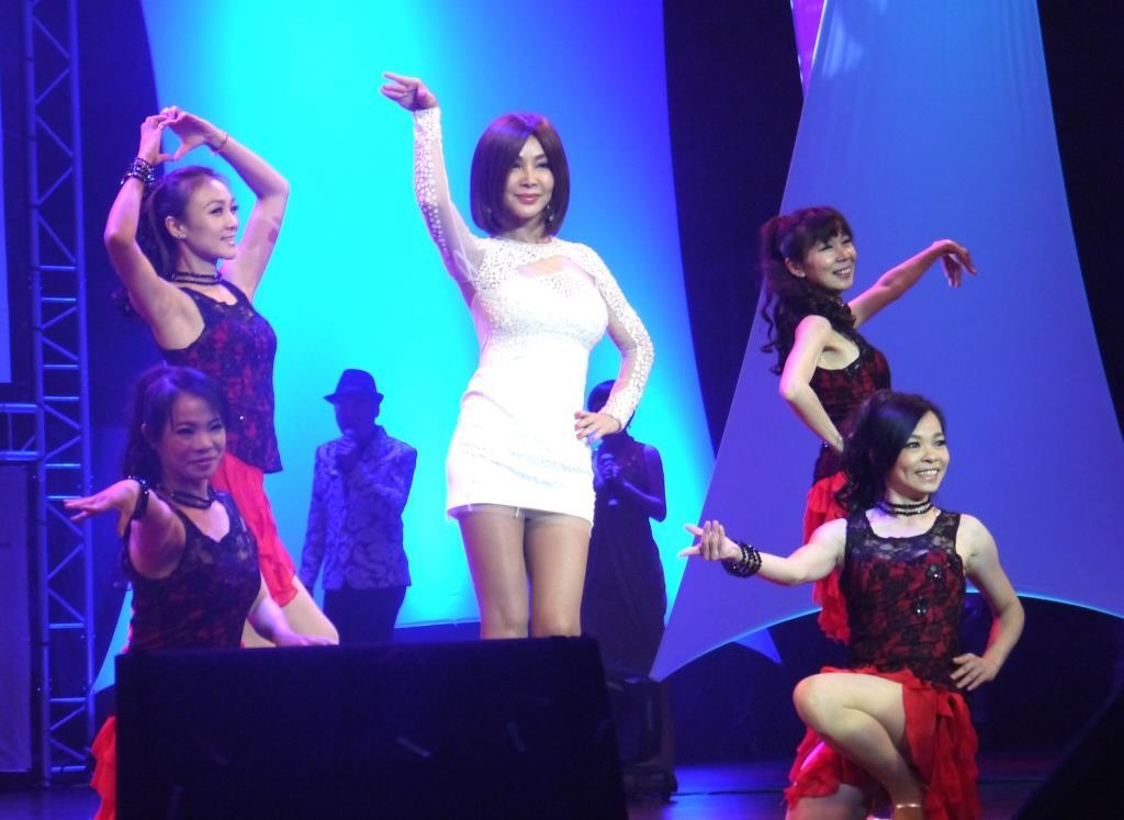 陳美鳯勁歌熱舞。