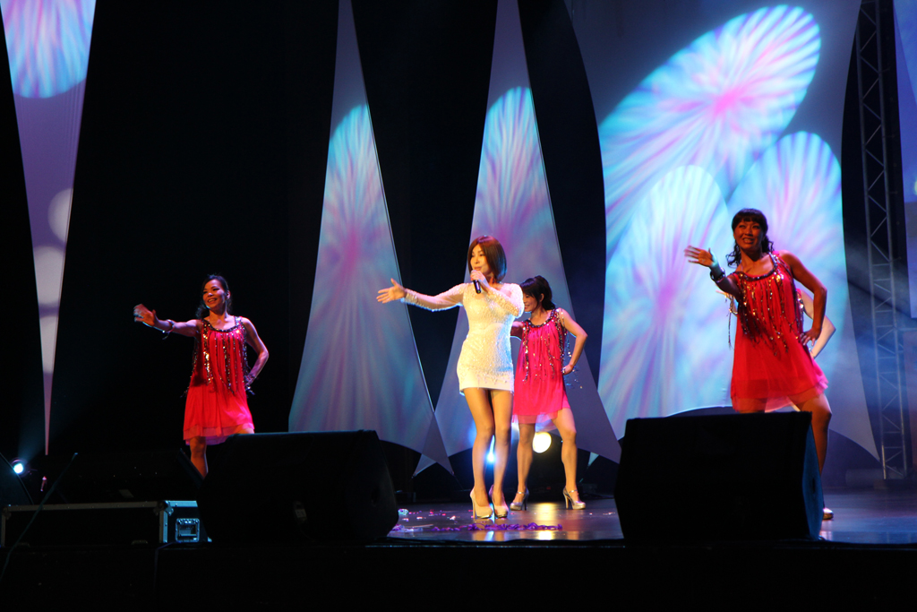 壓軸巨星陳美鳳演唱神曲「小蘋果」,曼妙的身材引爆全場高潮, 並為演唱會劃下完美的句點。