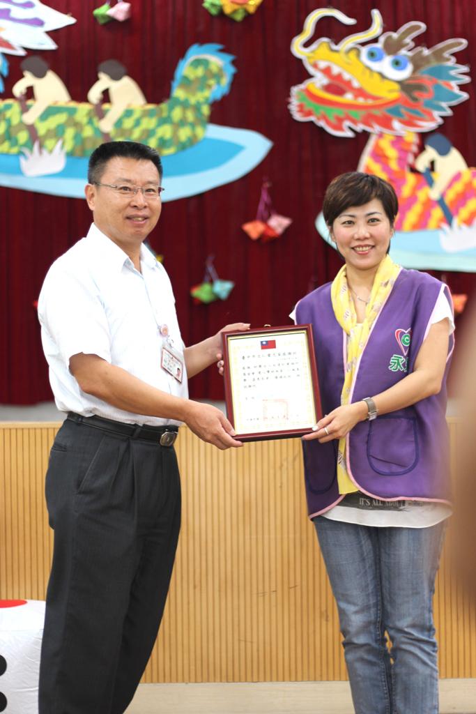台中市立仁愛之家李主任頒發感謝狀給永達保經,由蔡名蔚協理受贈。