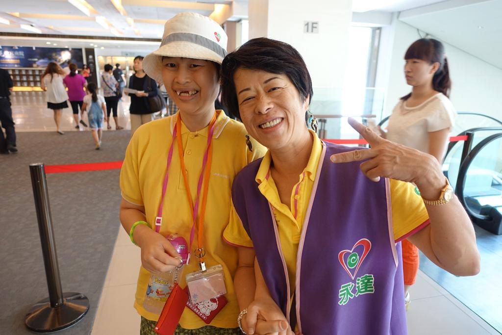 永達陳宥天協理(圖右)與她的憨兒夥伴。