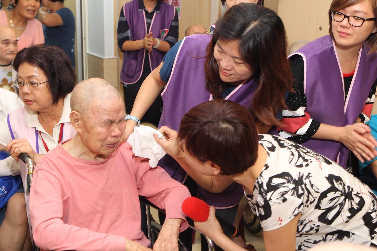 機構的長者感受到志工們像家人般的的關懷與熱情,很有感觸的喜極而泣。