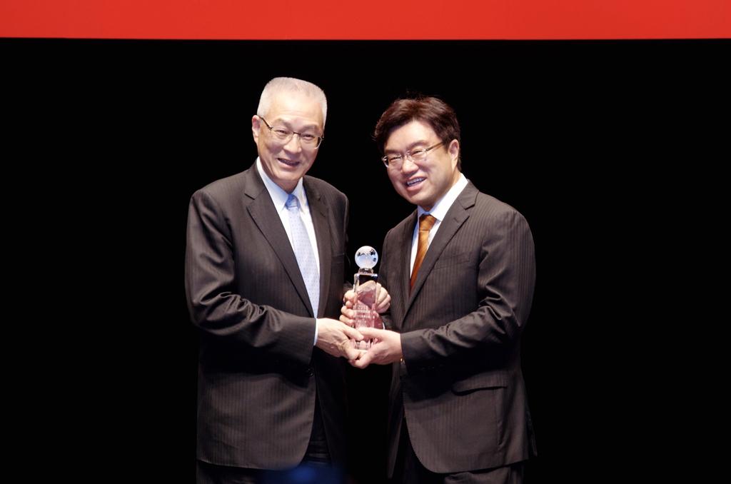 副總統吳敦義頒發「最佳社會責任獎」給 永 達保經吳文永董事長。