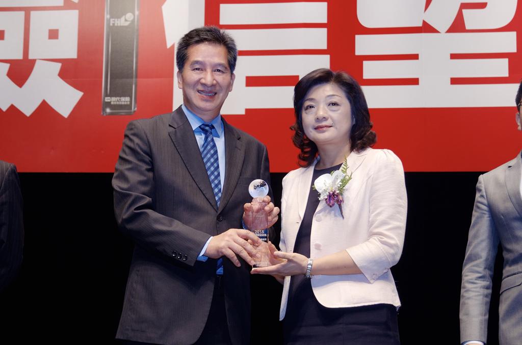 金融監督管理委員會王儷玲副主委頒發 「最佳保險專業獎」給永達保經陳慶鴻總經理。