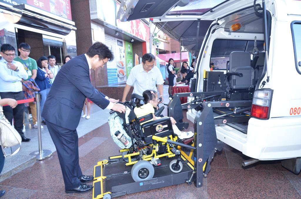 永達社福吳文永董事長與罕病個案代表陳玟聿小妹妹現場示範復康搭乘流程。