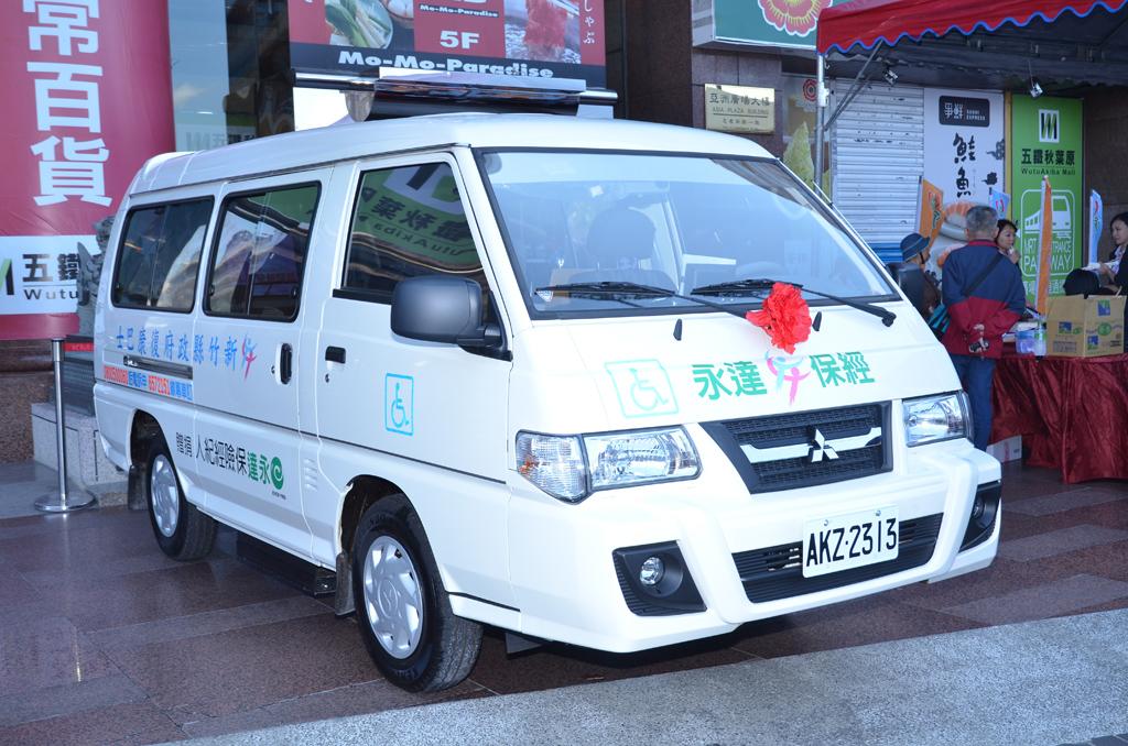 記者會現場展示改裝完成之復康巴士。