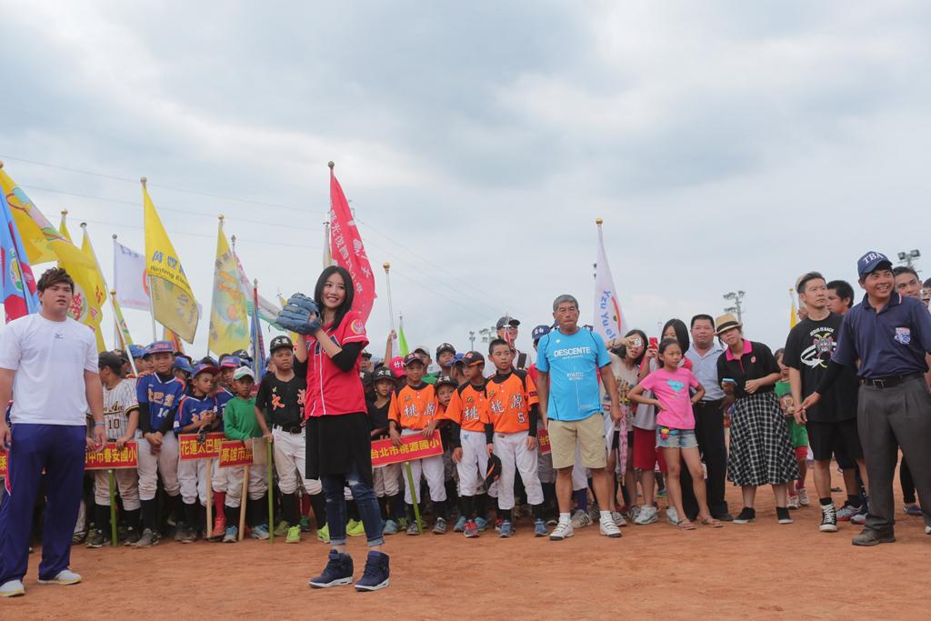 開球嘉賓A Lin進行開球儀式。