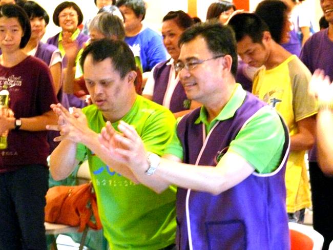 永達志工們與老、小喜憨兒開心的互動。