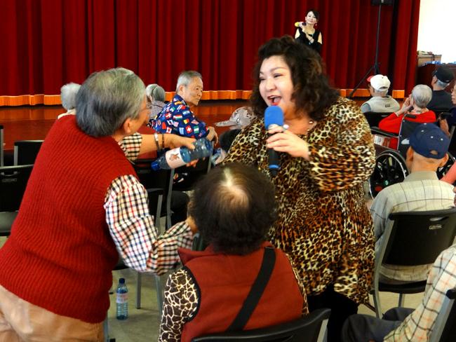 長者們熱情的參與唱歌。