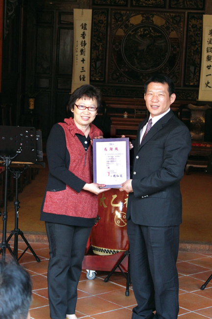 惠明盲校毛樹芬主任秘書(左)代表致贈感謝狀給永達保經余松坤協理(右)。