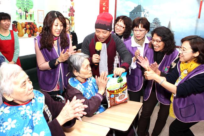 永達志工與可愛的老人家們開心互動。