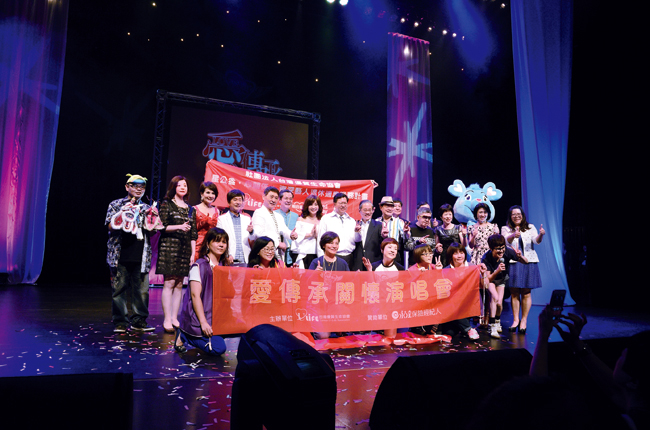 桃園市市長鄭文燦感謝演出藝人及主辦單位為公益的付出並合影留念。