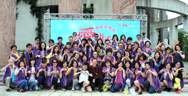 「台中愛傳承關懷演會」中區志工們與台灣優質生命協會巴戈理事長、紀寶如秘書長合影。