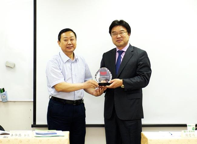 河北省保險中介行業協會豐華兵會長致贈紀念品予永達保經吳文永董事長。