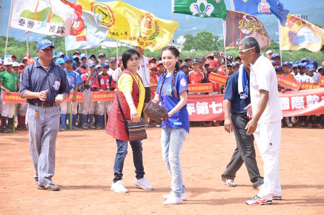國際巨星徐若瑄擔任開球嘉賓。