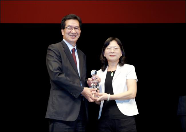 金管會保險局李滿治局長頒發「最佳保險專業獎」給永達保經陳慶鴻總經理。