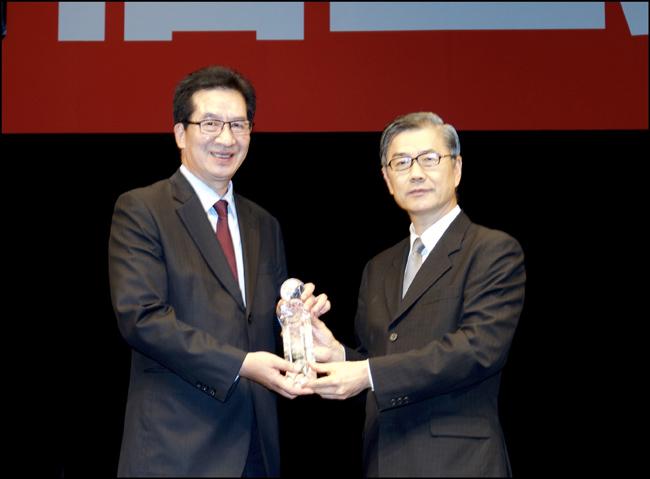 金管會黃天牧副主委頒發「最佳社會責任獎」給永達保經陳慶鴻總經理。