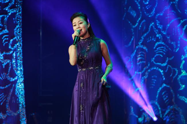 方文琳以一襲紫色紗質洋裝,氣質演唱懷舊經典歌曲「轉來我身邊」、「藝界人生」、「酒後心聲」。