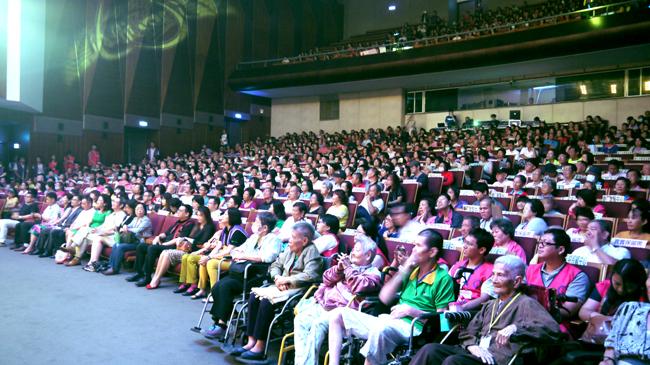 即使開場前下了一場陣雨,現場觀眾仍座無虛席,顯見愛傳承演唱會的成功。