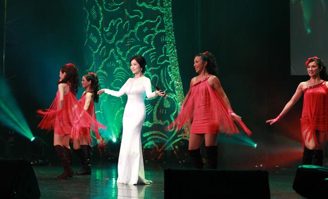 壓軸巨星陳美鳳演唱經典歌曲「寶貝對不起」,曼妙的身材引爆全場高潮,並為演唱會劃下完美的句點。