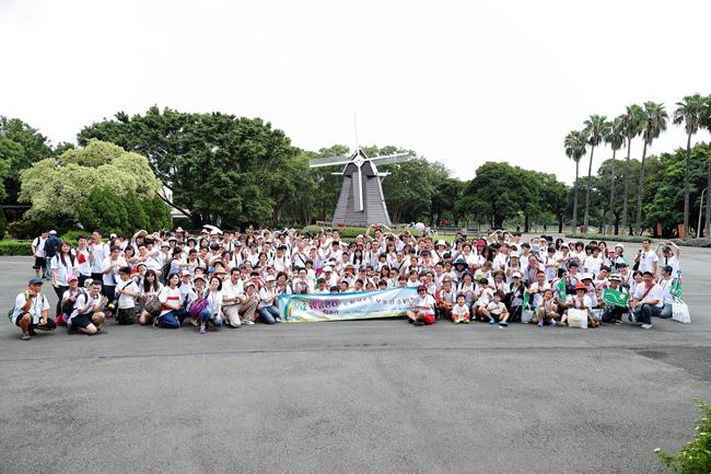 永達社會福利基金會與台灣優質生命協會,於8月27日共同舉辦『2016永達親親寶貝向前行』活動, 全體志工及寶貝在埔心牧場風車廣場前合影。