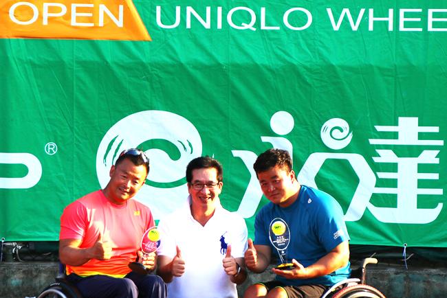 (左二)永達保經陳慶鴻總經理頒發男子組雙打冠軍獎項給選手。