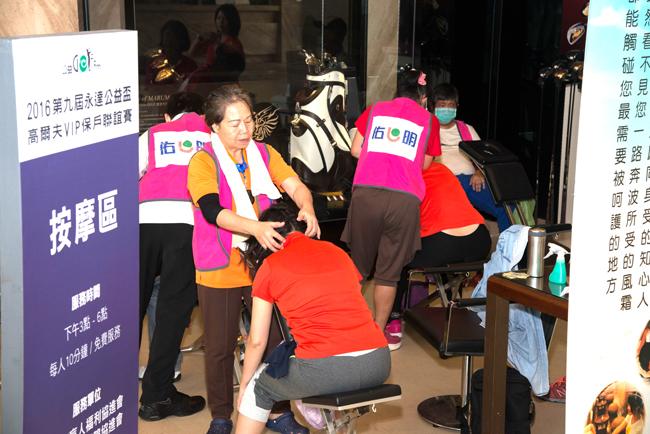 會場安排視障按摩為參賽者舒解疲勞。