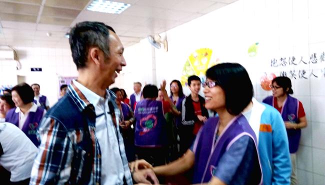 機構內個案看到永達志工都非常開心,熱情地和志工互動。