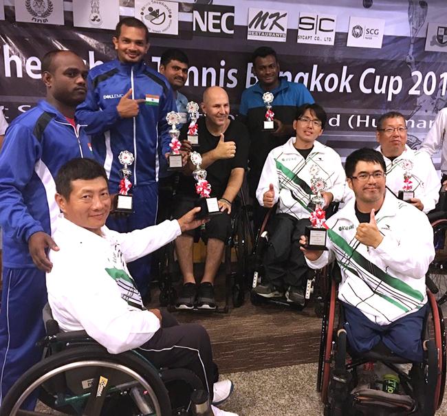 男子Second級雙打冠軍陳駿杰、王偉軒(前二位),與四強合影。